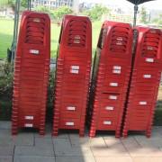 彩虹屋幼兒園戶外活動 紅色塑膠椅運送