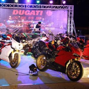 明道大學 Ducati重機改裝特展 鼠灰色地毯鋪設