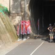 后豐鐵馬道 九號隧道搶救紅蘿蔔大作戰 電影拍攝 關東旗 旗桿 旗面輸出 出租運送