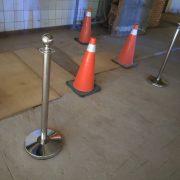 火車站展演空間場地開幕活動 基本不鏽鋼色 掛繩迎賓柱 出租運送 (2)